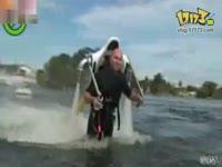 国外牛人自制喷水式水上载人飞行器图片