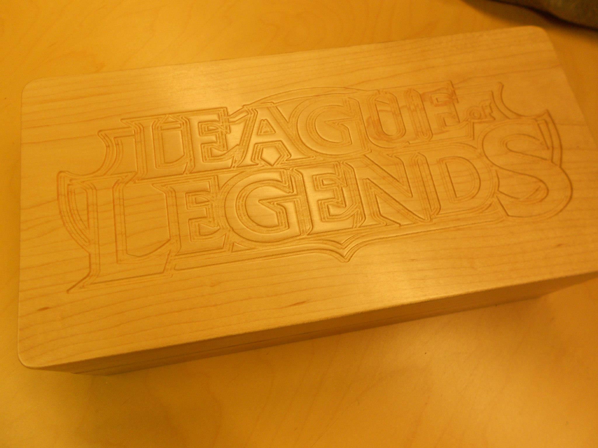 作品 玩家/外服玩家viruskid的朋友,在木板上刻画了精美的英雄联盟LOGO(...