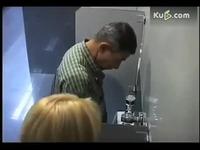 美女进男厕所尿尿 笑抽了