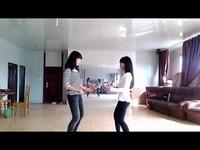 视频: 双胞胎牛仔裤美女热舞