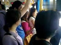 实拍上海公交车上恶心猥琐男挺鸟顶90后