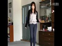 紧身牛仔裤美女露脐热舞自拍